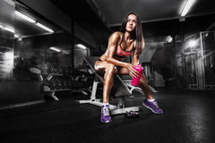 mujer que entrena con pesas